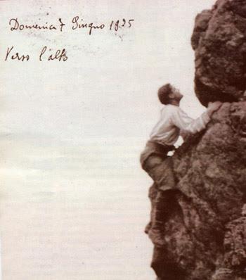 """Pier Giorgio nella sua ultima arrampicata in montagna un mese prima della morte: di suo pugno ha scritto sull'immagine il suo ideale di vita: """"Verso l'alto""""."""